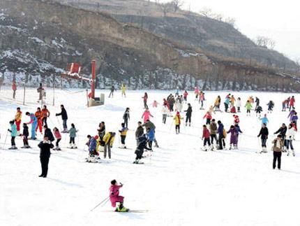 九顶塔滑雪游客滑雪实景照片