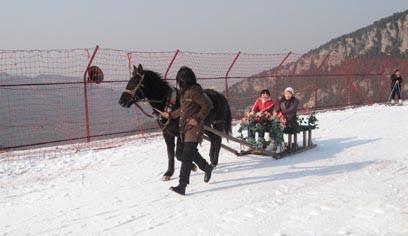 九顶塔滑雪场滑雪游客滑雪实景照片