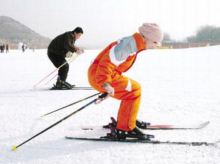 卧虎山滑雪场游客滑雪联系