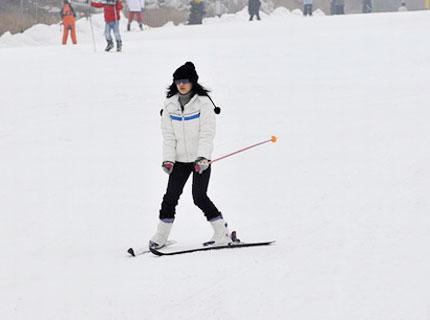 卧虎山滑雪场游客滑雪表演