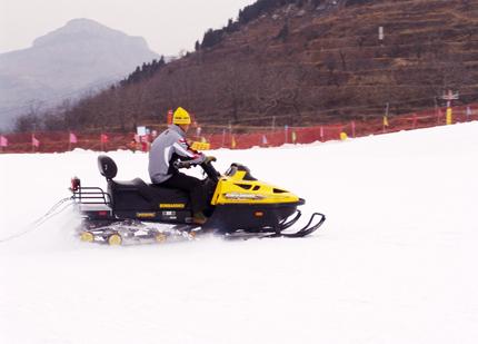 卧虎山滑雪场摩托车滑雪表演