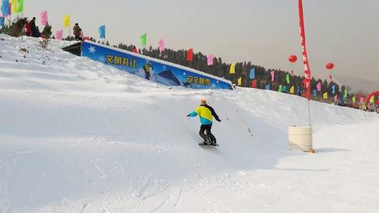 市民在金沙湾滑雪场超长超宽的雪道上滑雪表演