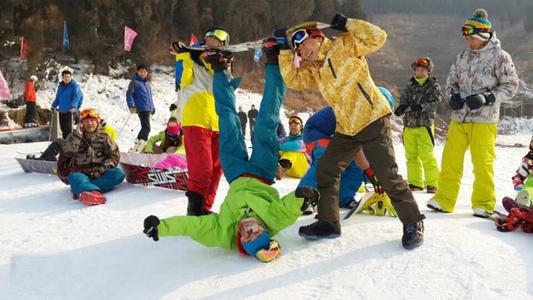 游客在金沙湾滑雪场滑雪乐园滑雪和嬉雪