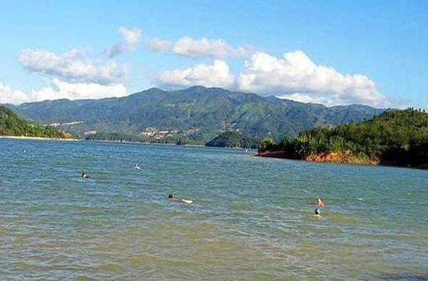 翠屏湖风景区,拥有迷人的风光,浪漫的岛屿,古老的寺庙,以及众多的休闲