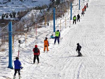 齐陵蓝溪滑雪场游客滑雪