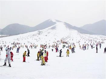 淄博临淄齐陵蓝溪国际滑雪场的雪上摩托