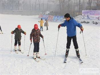 淄博临淄齐陵蓝溪国际滑雪场的游客在滑雪