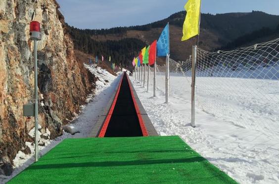 金沙湾滑雪场可以承载多人的雪地魔毯