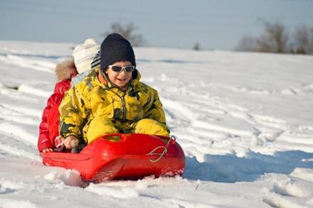儿童在戏雪公园玩耍