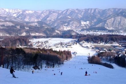 面积一百多亩的五龙滑雪场外貌