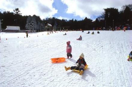 五龙滑雪场的雪道和面积很大的戏雪乐园