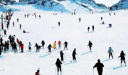 在初级雪道滑雪的游客