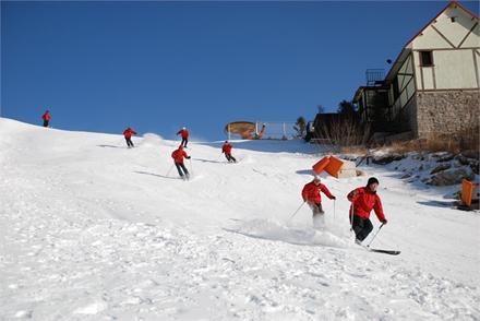 专业人士在初中级道滑雪教学