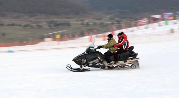 游客乘坐飞速的雪地摩托