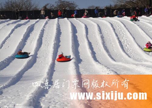 儿童在戏雪区滑雪