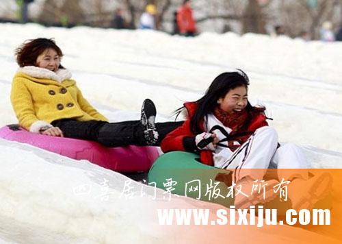 儿童在雪圈场滑雪圈