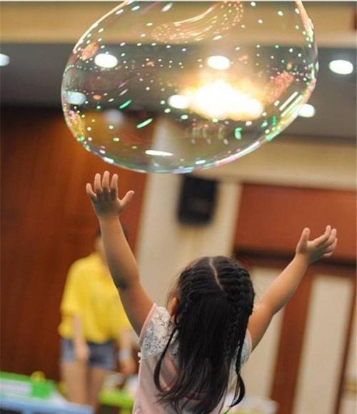 孩子在阿尔法泡泡体验馆体验泡泡