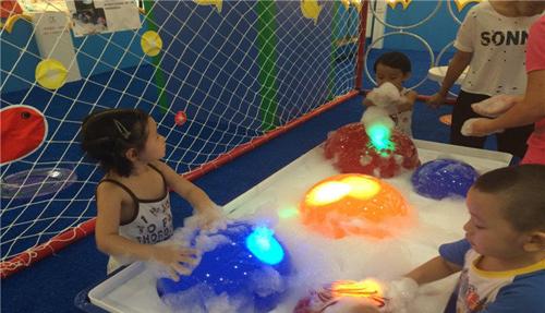 宝宝们在玩泡泡