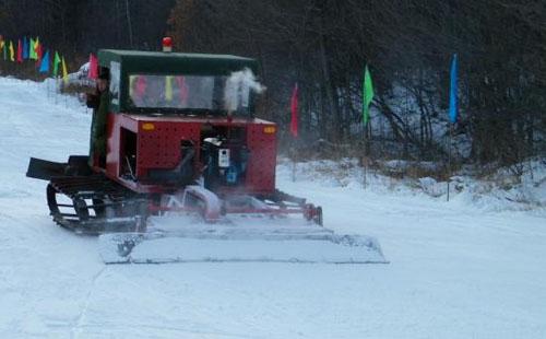压雪机正在压雪