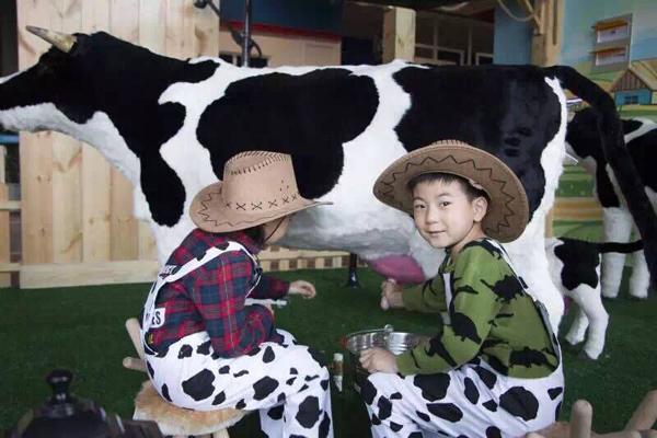 小朋友在成长湾儿童独立世界体验挤牛奶