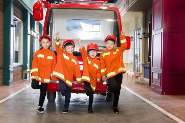 成长湾儿童独立世界的消防员营救