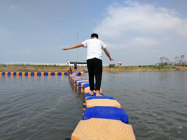 游客在体验水上漂